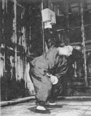 bent press s kamenným zámkem - slavný mistr čínských bojových umění Wang Ziping