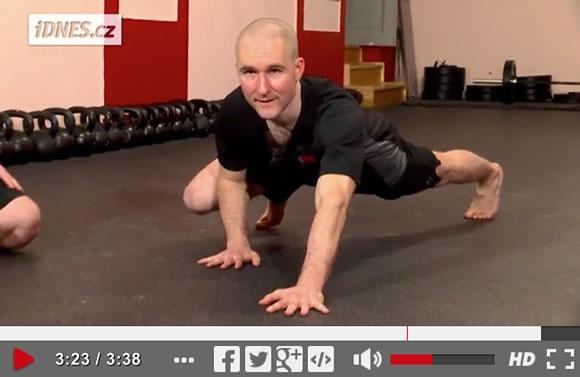 Škola síly (4): Lezení po čtyřech – nejjednodušší cesta k síle a kondici [video]