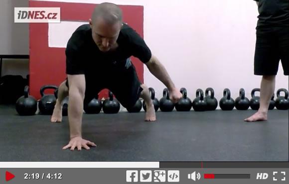 Škola síly (11): Přípravné drily na kliky na jedné ruce [video]