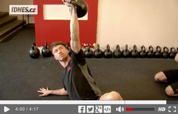 Škola síly (27): Poloviční kettlebell get-up, král posilování břicha [video]