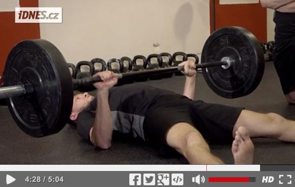 Škola síly (32): Floor press plus program na posilování s velkou činkou [video]